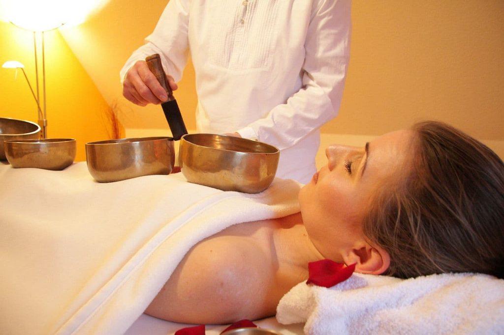 Massage mit Klangschalen