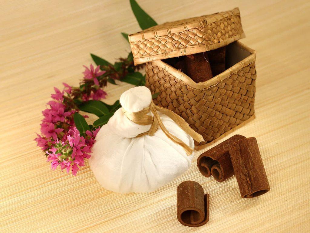 Massage mit Kräuterbeutel