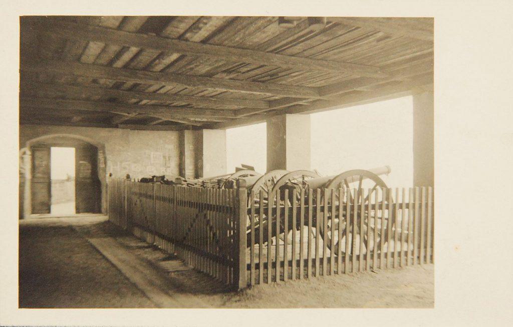 Ansichtspostkarte Kanonen in der Kanonenhalle am Schloßberg